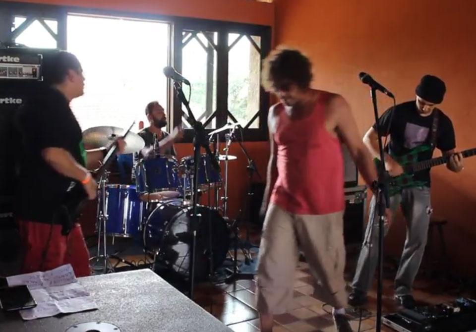 """Máquina 4 toca """"Enquanto Isso Na Sala de Justiça"""" no Camping Rock 2017"""